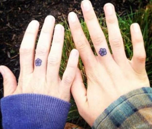 tatuajes madres e hijas flores dedo medio