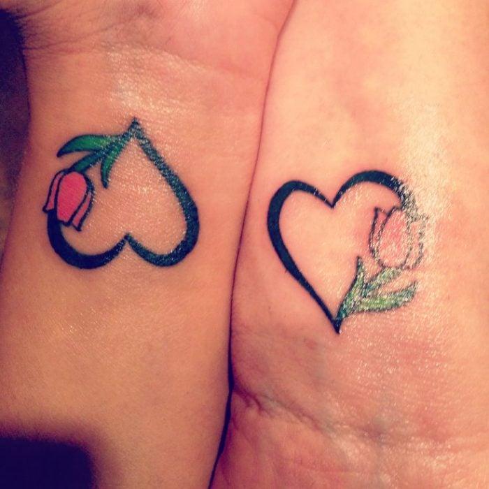 tatuajes madre e hijas corazones y flor