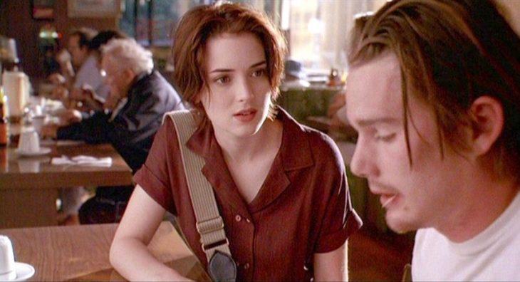 pareja hablando en cafetería