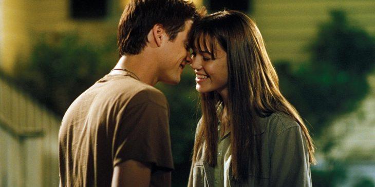 pareja de jóvenes besándose