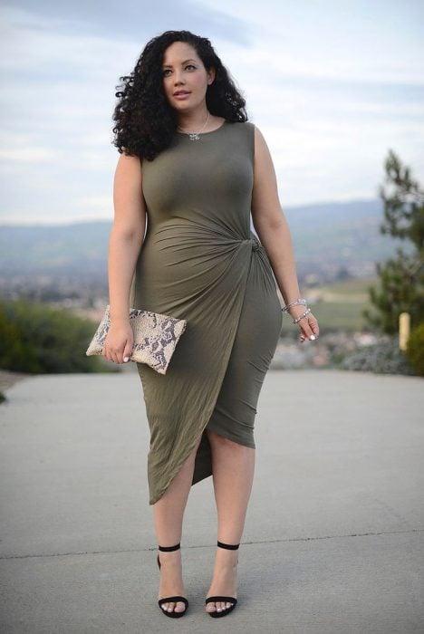 mujer curvilínea con vestido asimétrico