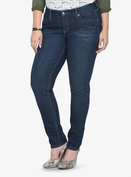 mujer curvilínea pantalones ajustados