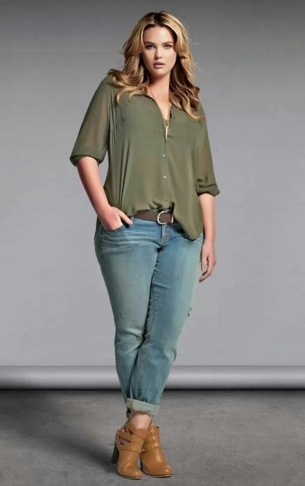mujer curvilínea con blusa fajada