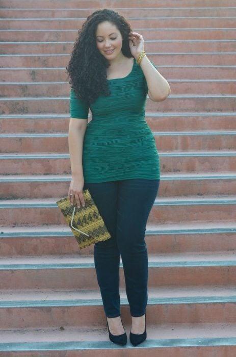 mujer curvilínea blusa entallada
