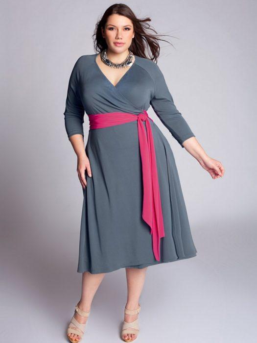 mujer curvilínea con vestido y cintura alta