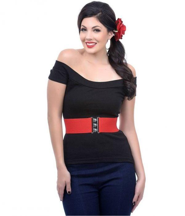 mujer curvilínea con cinturón