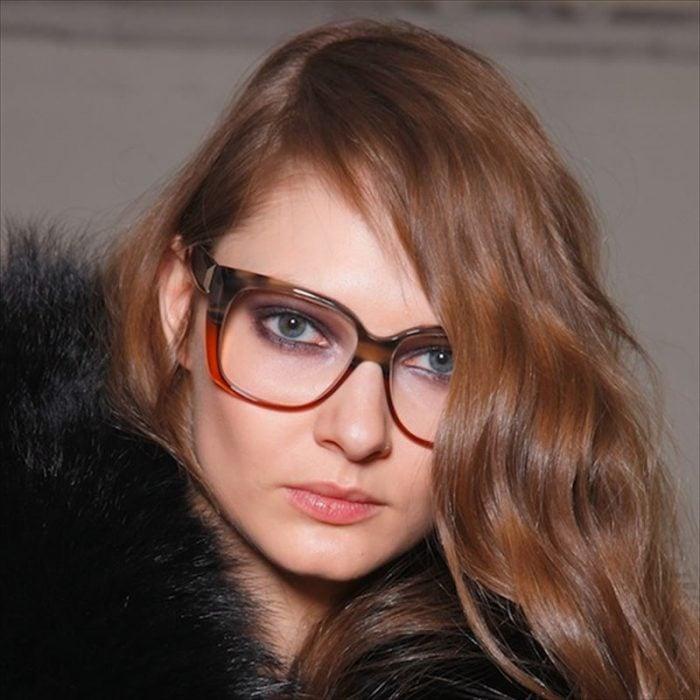 mujer con gafas y sombras claras