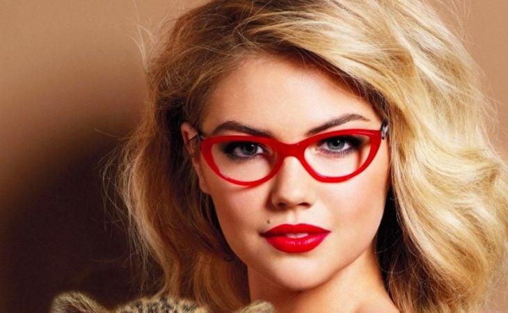 mujer con gafas gruesas