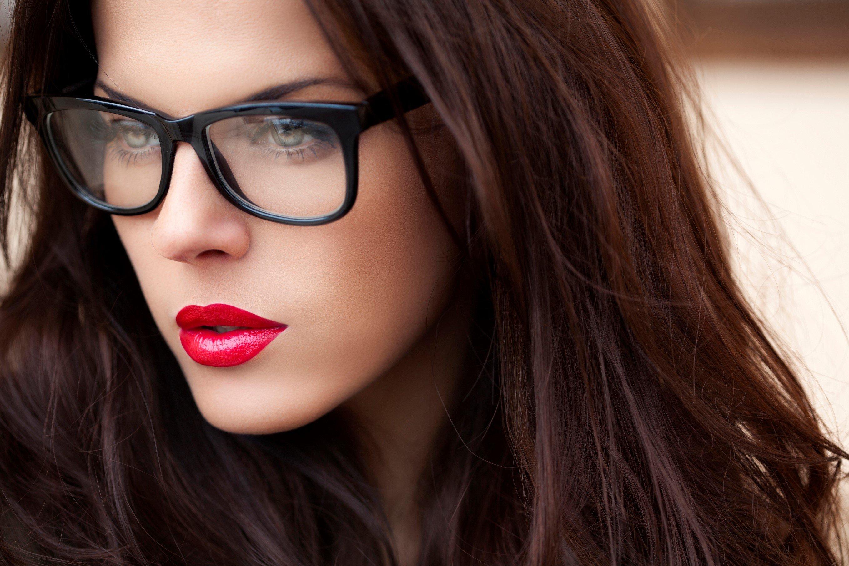 mujer con gafas y labios rojos