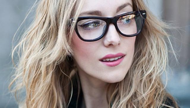 mujer con gafas y cejas arreglads
