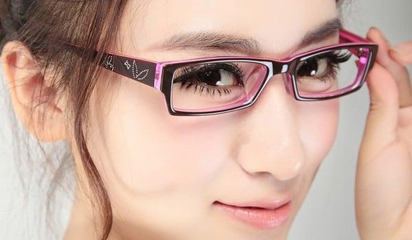 mujer con gafas y pestañas rizadas