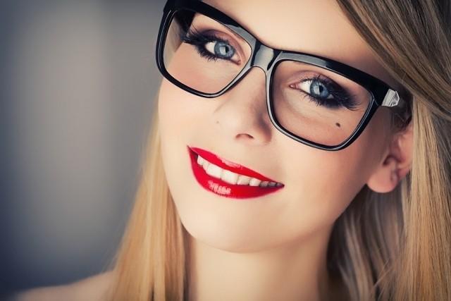 mujer con gafas y rimel
