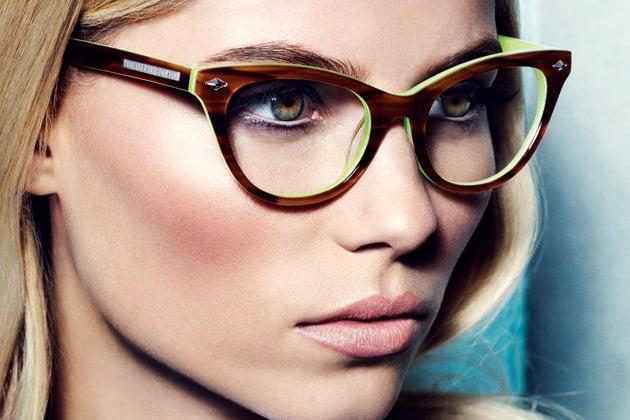 mujer con gafas y rubor