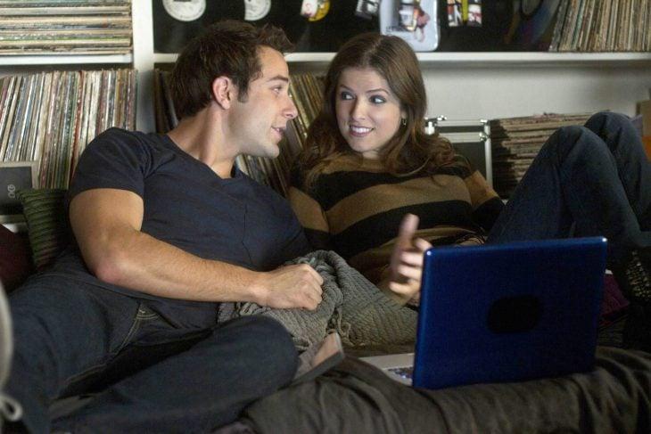 Escena de la pelicula pitch perfect novios viendo una película en el sofá