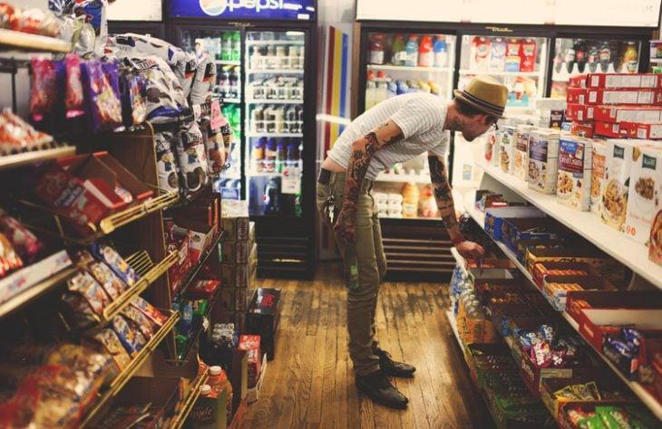 Chico en un super mercado comprando comida