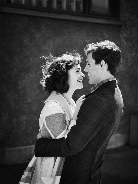 Escena de la película love rosie pareja de novios abrazados