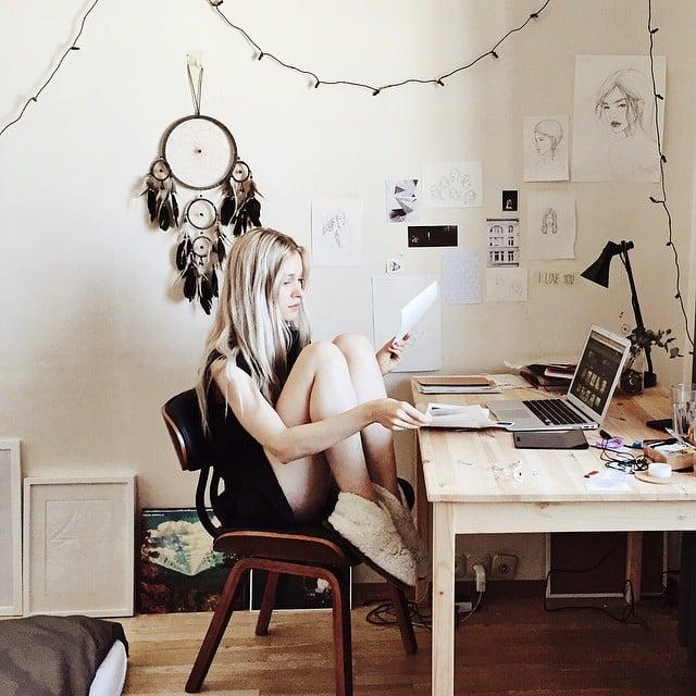 Chica en su cuarto estudiando