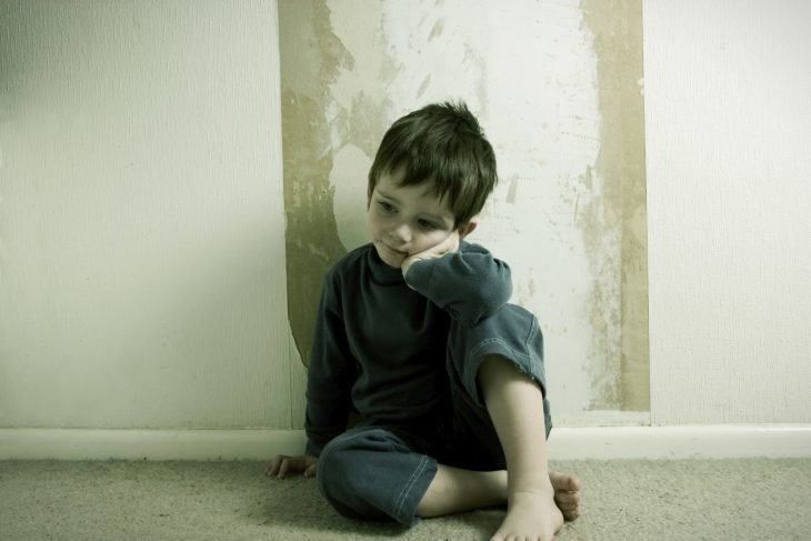 Niño solo, sintiéndose culpable