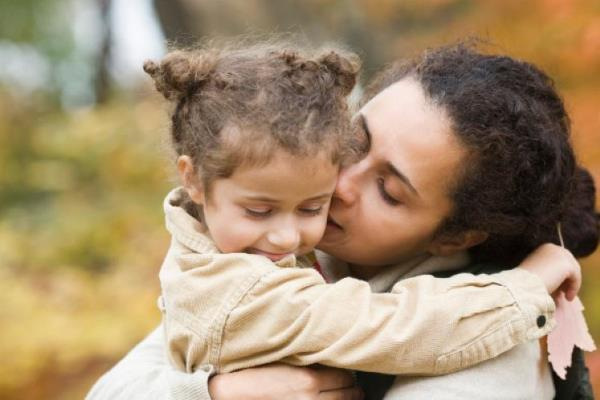 Mamá abraza a su hija