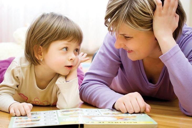 Mamá platica con su hija