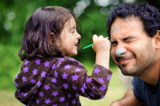 Papá juega con su hija