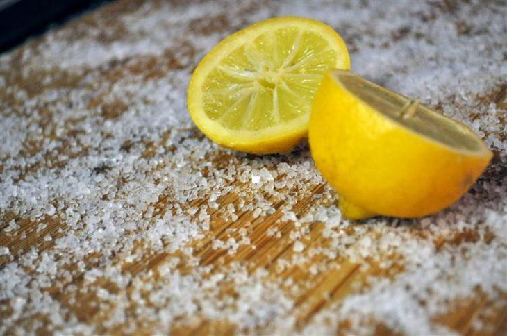 tabla de picar con limón y sal