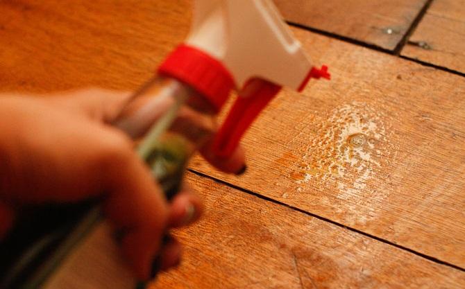 rociador sobre piso de madera
