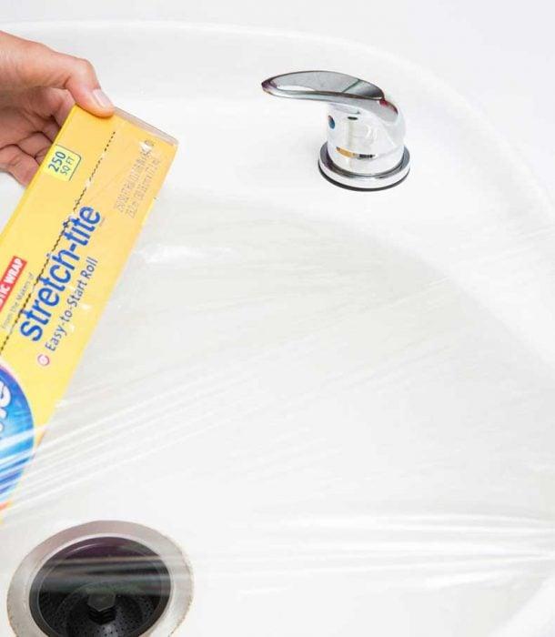 lavabo cubierto con plástico