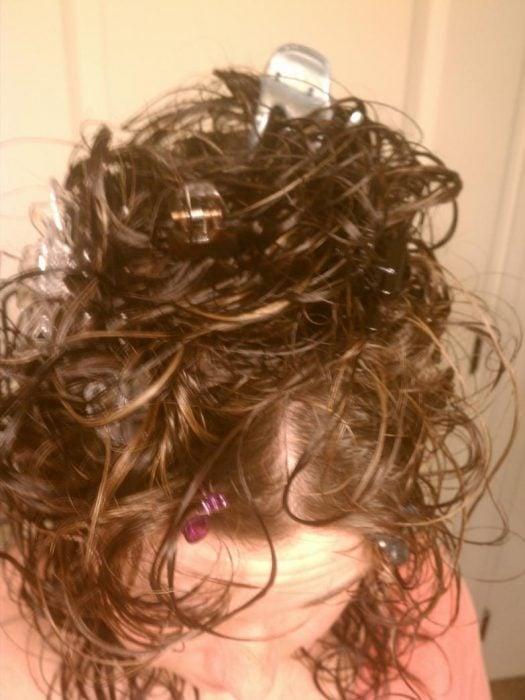 mujer con pinzas de plástico en el cabello