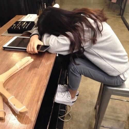 Chica durmiendo sobre su escritorio