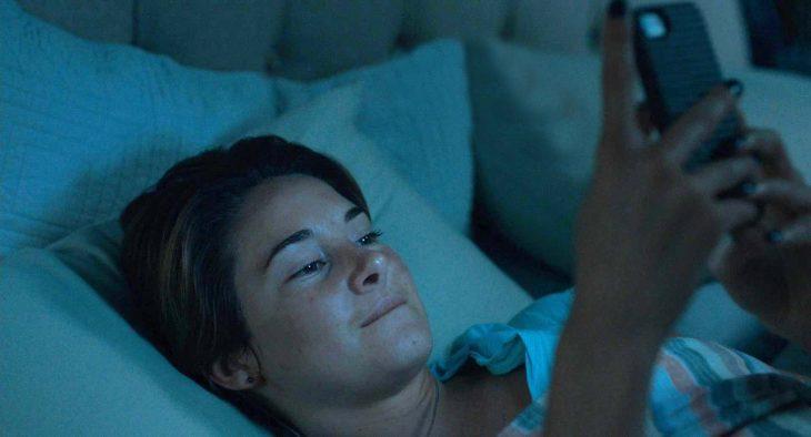 Escena de la película bajo la misma estrella chica con el celular