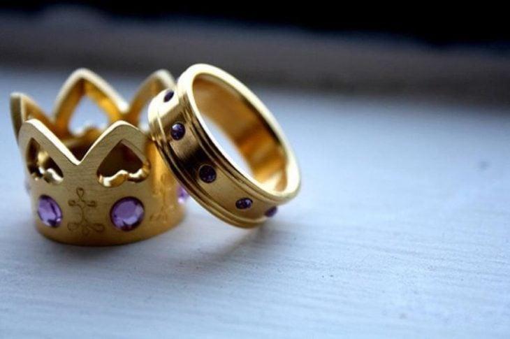 anillos de promesa corona dorada
