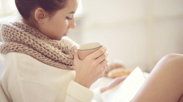 chica leyendo y tomando café