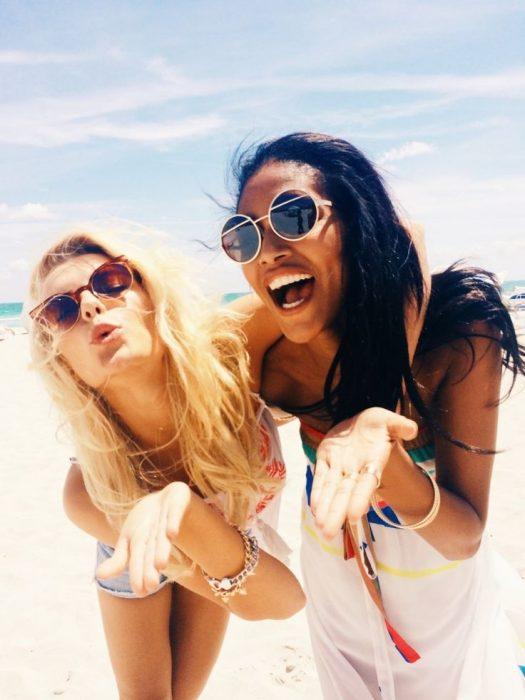 chicas divertidas en la playa