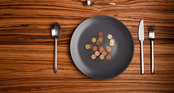 plato con propina en monedas