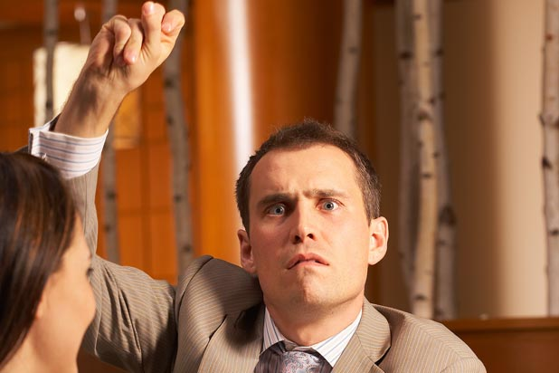 hombre tronando los dedos