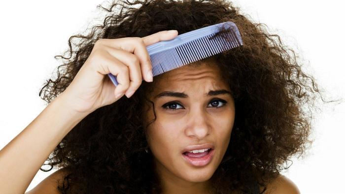 mujer cabello rizado se peina