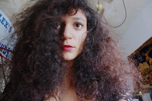 mujer con cabello con mucho frizz