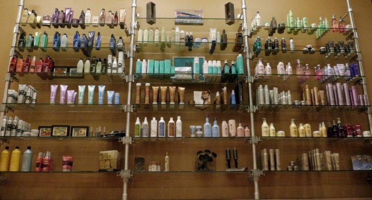 estante en tienda con productos para cabello