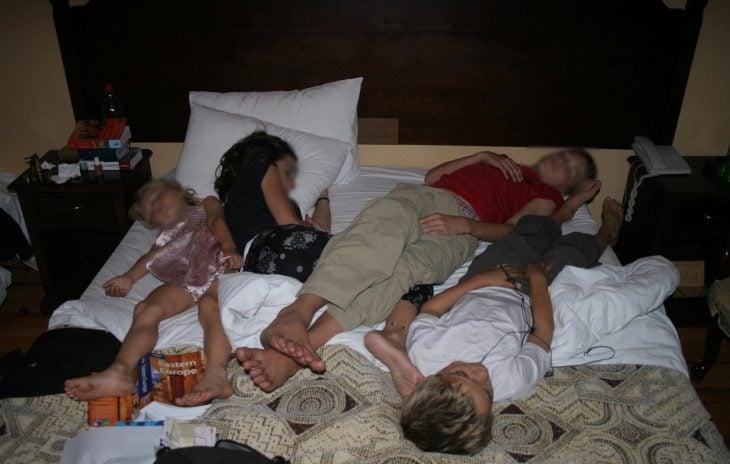 niños acostados en una sola cama
