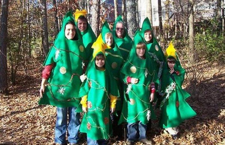 familia vestida de árbol de navidad