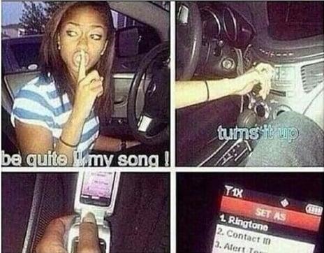 chica grabando música del radio en el celular