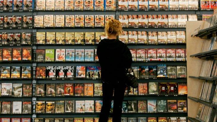 mujer en tienda de videos