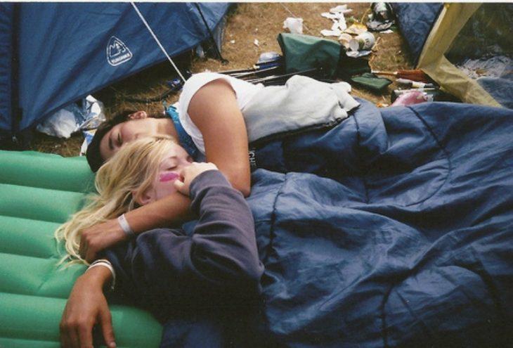 pareja acampando