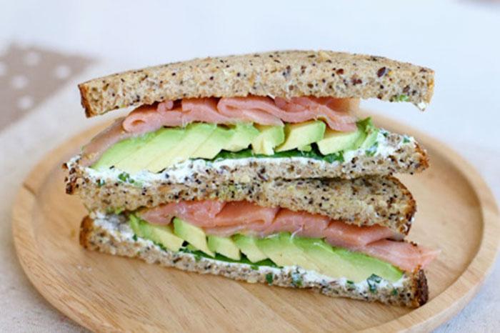 sandwich salmón y aguacate