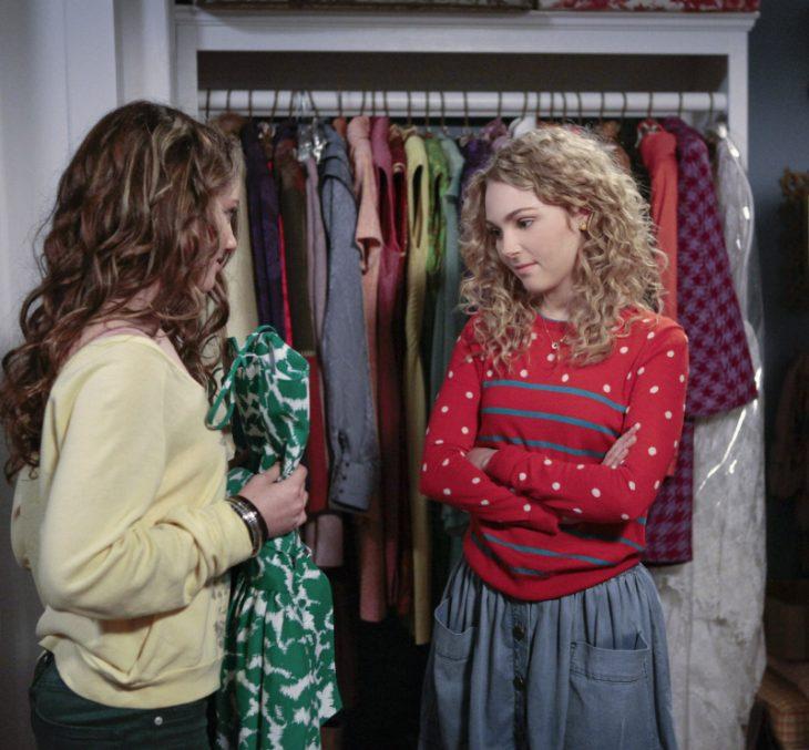 chicas eligiendo ropa