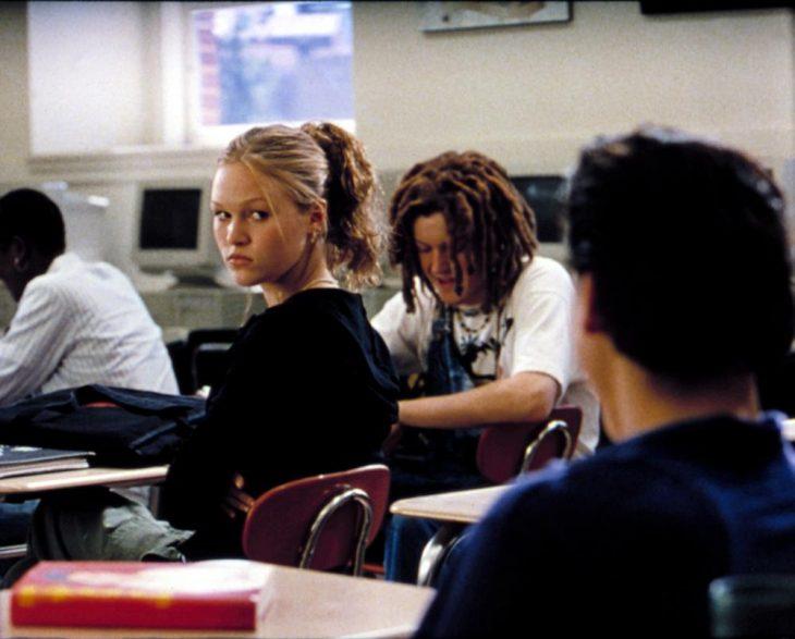 chica mirando a chico en salón de clases