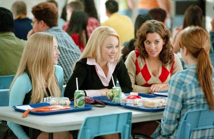chicas platicando en cafetería