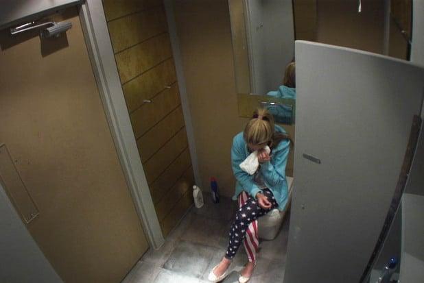 chica llorando en el baño