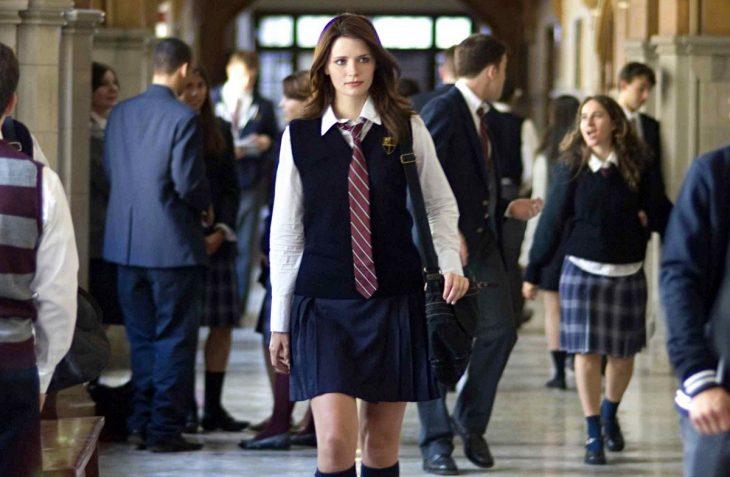 chica con uniforme oscuro